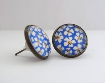Earrings cabochon chips daisies white blue