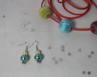 Dangling earrings with pearls