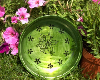 Green decorative plate with flowers and lizard pattern