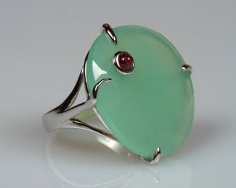 White gold ring with green agate and embedded Ruby