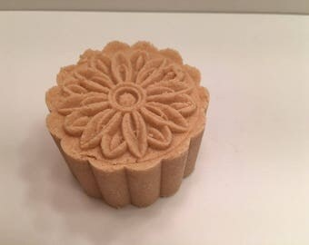 Mooncake Natural Bath Bomb with Lavender and Litsea Cubeba Essential Oils