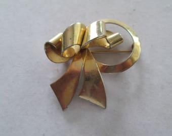 Pretty gold 3 dimensional Ribbon Bow brooch pin