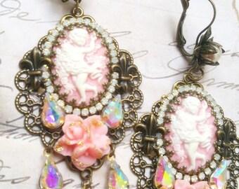 Boucles style victorien anges, camées rose pastel et cristal