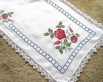 Table Runner Vintage Linen Embroidered BIG RED ROSES Lace Trim Gorgeous 43""