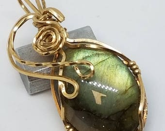 Gold filled Labradorite pendant in Golled Filled wire