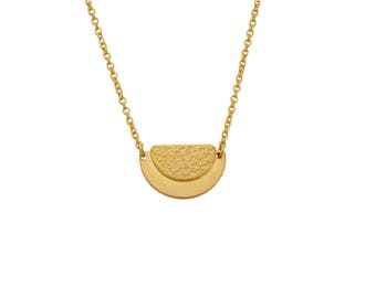 EMBLEME - Minimalist matte gold-plated necklace with textured half circle Sunrise