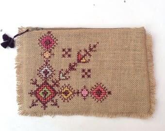 Sac pochette boheme en toile de jute brodée PIECE UNIQUE avec pompons, embroidered bohemian vintage clutch bag, etnic  tribal purse