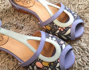 Pia Laila - Woman shoe sandals in light blue and violet leather and floral fabric. Handmade in Argentina - Free shipping