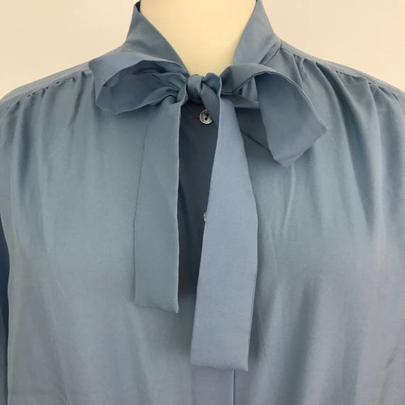 Vintage blue blouse bow tie shirt 1970s made 50s 40s style sexy secretary plus size UK 22 volup pussy bow office Mod