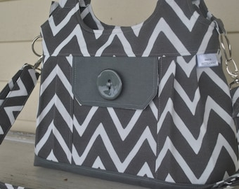 grey chevron  purse with  4 pockets.  Tote bag, purse, covetable purse, crossbody and 2 shoulder straps, travel bag