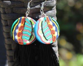 longues boucles d'oreilles multicolores folkloriques