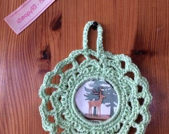 Petit cadre crochet fait mains, en coton perlé couleur vert pomme, rond, décoration cross stitch ou photos