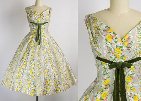 1950s Floral Dress w\ Velvet Ribbon Detail   Small (34B/26W)