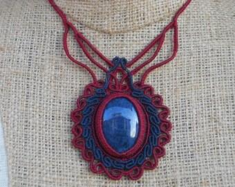 Macramè necklace with sodalite.