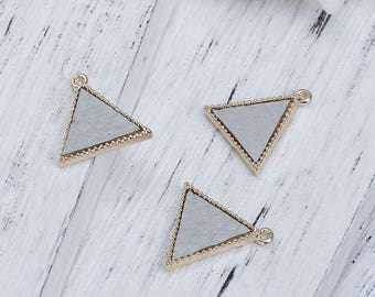 2 charms in Triangle shape gold Metal and imitation leather 1.7 cm / geometric