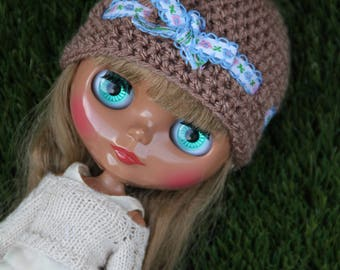 Light brown Blythe hat with white / blue ribbon