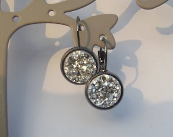 Stud Earrings black color with grey round cabochon shiny shiny granite effect.
