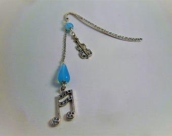 Marque page métal argenté, perles en verre bleue turquoise. Breloques violon et note de musique. Made in France.