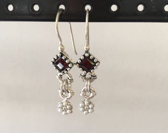 Dangle earring with garnets and pearls