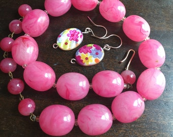 1960's Vintage Chunky Hot Pink Necklace - Plastic Lucite Beads - Festival Wear Hippie - Bubblegum Pink bead choker - Free earrings -