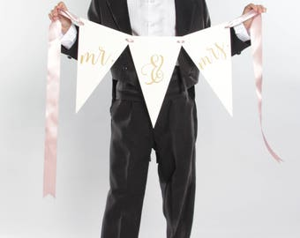 Mr & Mrs Bunting | Script Garland Banner for Bride and Groom | Newlywed Photo Prop Wedding Banner | Custom Colors 3106