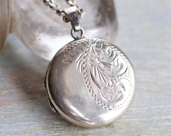 Photo Locket Necklace - Antique Round Keepsake Pendant on curb chain