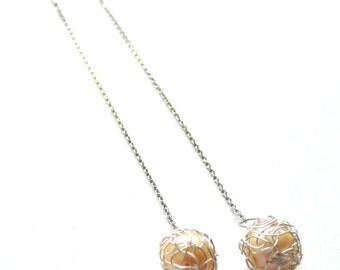 Boucles d'oreilles chaînettes longues argent et perle d'eau douce couleur écru.