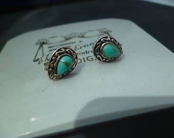 A pair of silver and turquoise stud earrings - 925 - sterling silver