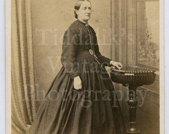 CDV Carte de Visite Photo Victorian Old Woman, Crinoline Dark Hoop Dress Portrait  - E Higgins of Stamford England - Antique Photograph