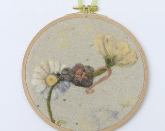 Embroidery Hoop Art Mouse Daisy Wool Painting, Needle felted Painting, Nursery Embroidery hoop, Felted painting of Mouse Hanging Art