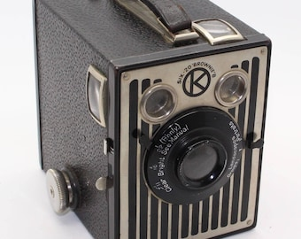Kodak Six-20 Brownie B Box Camera – UK Model Art-Deco faceplate c.1937-41 with bag – Very good condition and tested - Rare