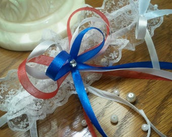 Pretty and original white color and decorated with bows titles lace garter