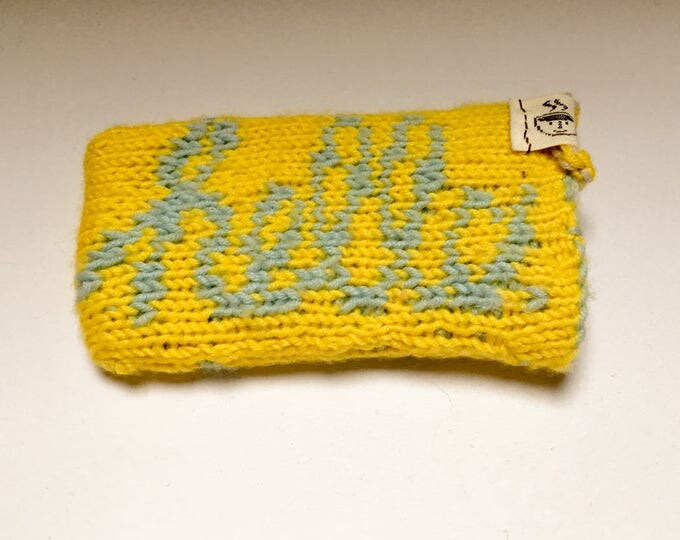 "iPhone SE sleeve ""Macintosh"" handknit in yellow and blue"