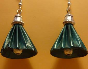 Boucles d'oreilles en capsules de café nespresso forme clochette verte, sommet argenté.