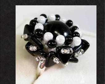 Dome ring with Beads and black and white Triangles