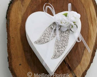 Ring pillow of wooden heart with white ornament leaves
