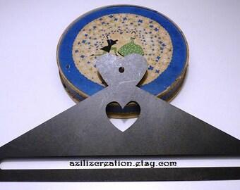 """Cintre """"Coeur"""" - grand format - coloris noir - pour suspendre vos broderies jusqu'à 30 cm de largeur"""