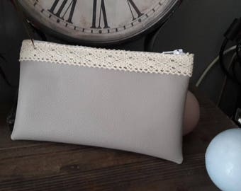 Flat clutch in faux leather with lace