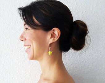 Bijou en origami. Boucles d'oreilles origami grue. Grue jaune iridescent. Bijou pour petite fille. Hypoallergenique. Fait-main.