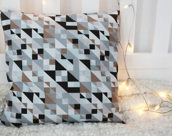 Pillow case with retro triangle pattern
