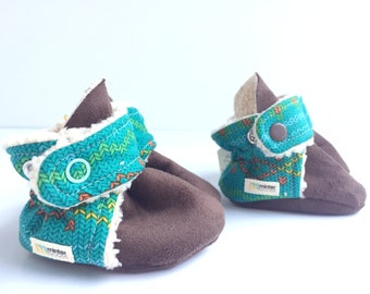 Teal baby booties with knit design. Gender neutral, perfect for a boy or girl. Aqua with faux fur.