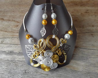 Necklace and earrings flower gold and silver in an aluminium wire