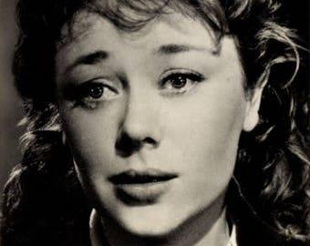 c.1930s GLYNIS JOHNS, Actress, Tearful Filmshot Photo Postcard by STARFOTO Progress, #1351; Mint Condition.