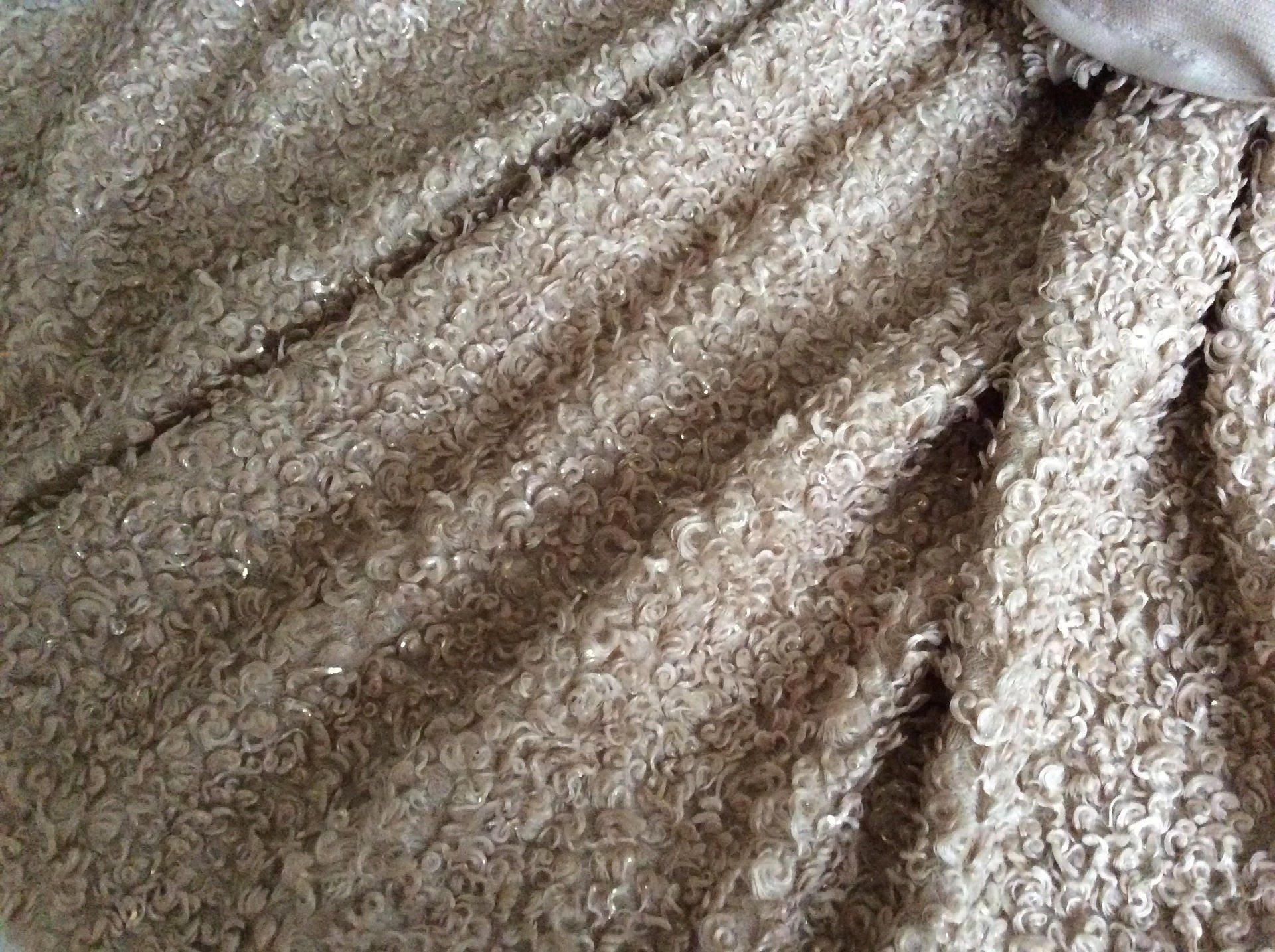 fausse fourrure impression peau de mouton couleur taupe. Black Bedroom Furniture Sets. Home Design Ideas