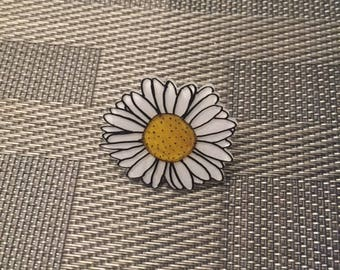 Daisy flower pin