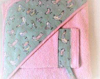 """Sortie de bain bébé,cape de bain bébé ,XXL ,cadeau de naissance ,tons roses et vert-eau,tissu""""oiseaux"""" ,  doublée d'éponge rose."""