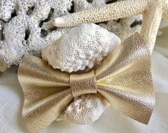 Bow tie leather brooch