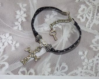ELEGANT BRACELET WITH CELTIC CROSS AND SILVER METAL BEADS