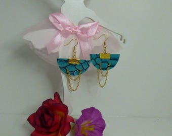 Pretty earrings half moon and its gold chain.