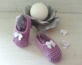 Little ones toes woolen eglantine raised(enhanced) by a white satin bow 3-6 months